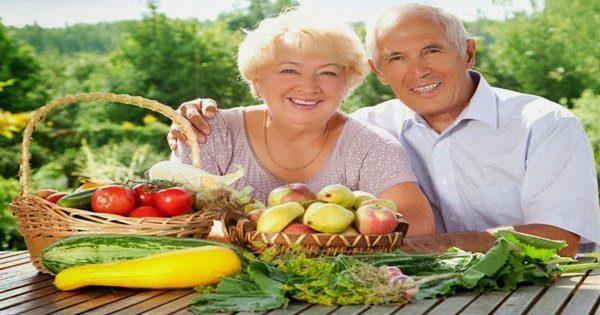 blog de imágenes de la pareja de ancianos sentados fuera con verduras