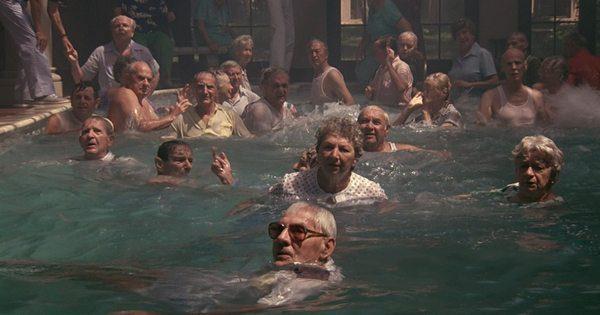 capullo personas mayores en la piscina