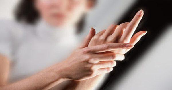 blog de imágenes de Lady agarrando su mano en el dolor