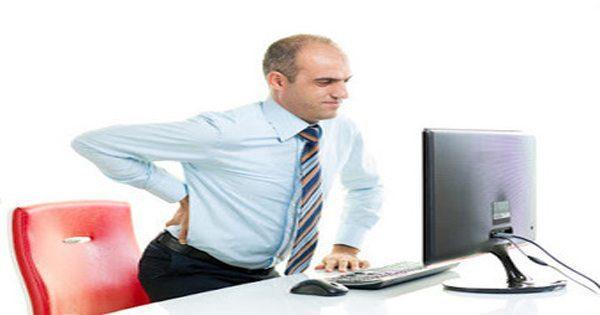blog de imágenes del hombre en el escritorio de oficina con dolor de ciática