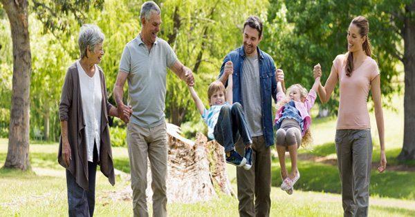 blog de imágenes de los padres y abuelos paseando por parque con los nietos