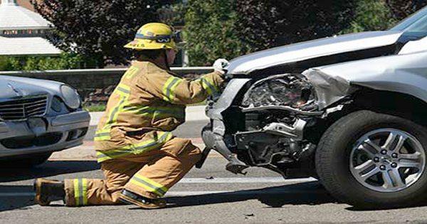 blog de imágenes de bombero en el accidente de auto mirando delante del coche