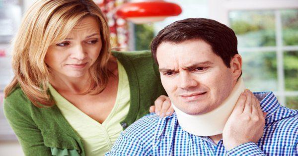 imagen de blog de la esposa atendiendo el dolor de cuello del esposo
