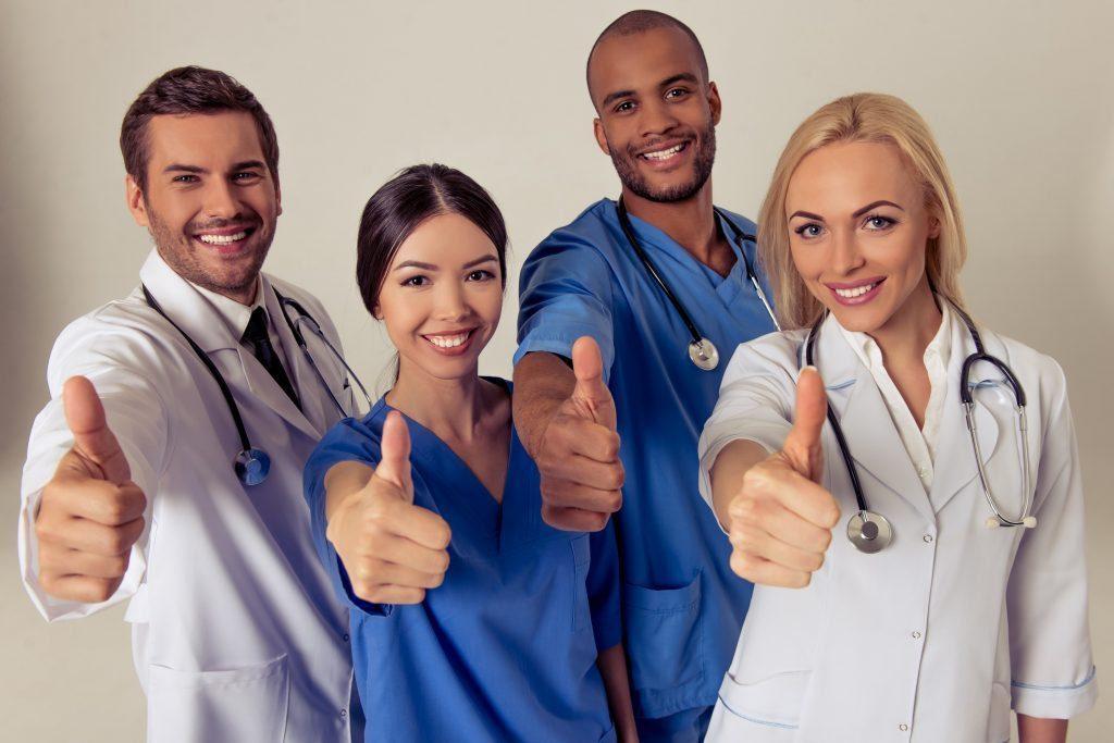 blog de imágenes de médicos sonriendo con sus pulgares hacia arriba