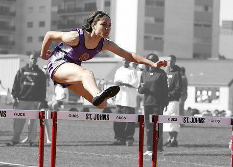 blog de imágenes de la chica joven que salta obstáculos