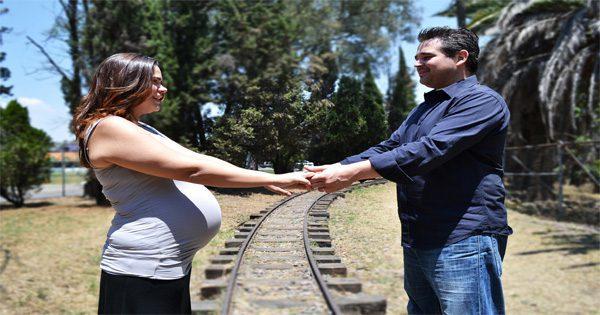 blog de imágenes de la pareja en las vías del ferrocarril de la mano
