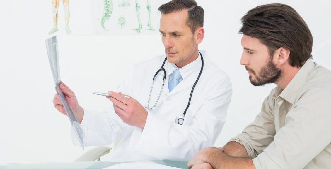 médico explicando rayo de columna al paciente