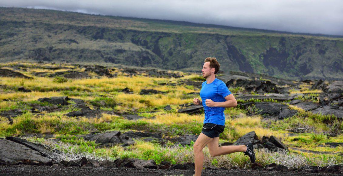corredor masculino corriendo en la carretera de montaña corriendo el hombre corriendo entrenamiento rápido