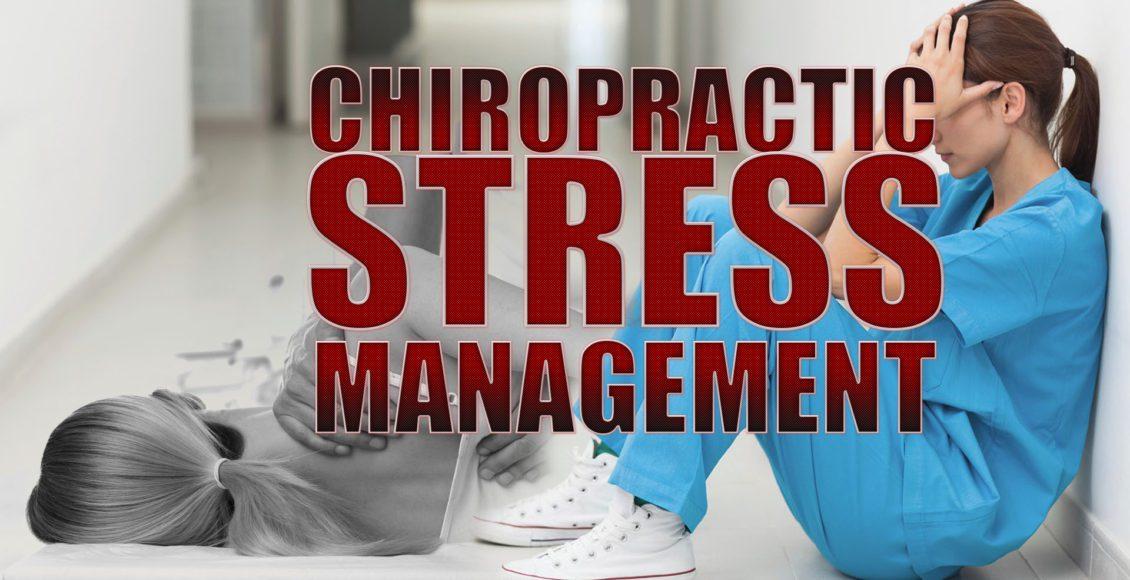 Imagen de una enfermera con estrés y un paciente que recibe atención quiropráctica y manejo del estrés para el dolor de espalda.