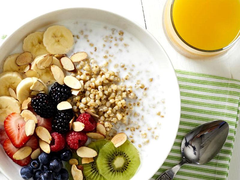 Tazón de desayuno de sorgo para atletas